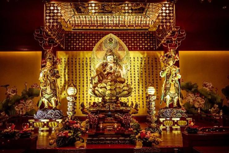 Bên trong chùa Răng Phật