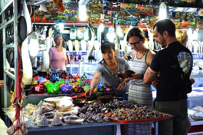 người dân ở chợ đêm