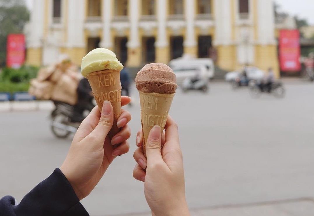 Ăn kem Tràng Tiền trong trời thu se lạnh sẽ là một trải nghiệm thú vị