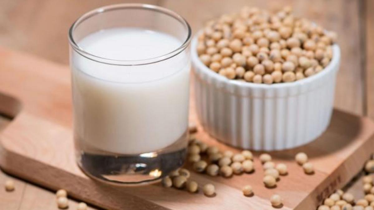 Thưởng thức một cốc sữa đậu nành ấm nóng và ăn kèm thêm bánh ngọt hoặc bánh bao