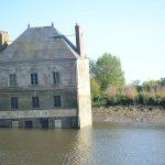 Lạ lùng ngôi nhà nằm giữa lòng sông