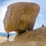 Check-in tảng đá chênh vênh độc đáo ở Mũi Dinh